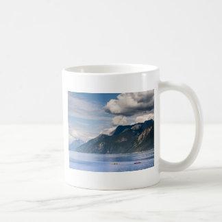 Kayakers con las montañas y los cielos azules taza clásica