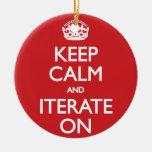 Keep calm and iterate on adorno navideño redondo de cerámica