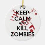 Keep Calm and Kill Zombies Adorno Navideño Redondo De Cerámica