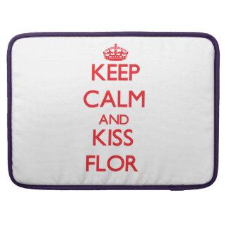 Keep Calm and Kiss Flor MacBook Pro Sleeve