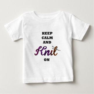 Keep Calm and Knit On Playera De Bebé