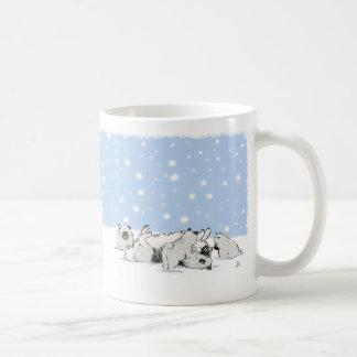 Keesies que juega en la nieve - Keeshond y perrito Tazas De Café