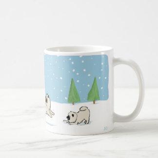 Keesies que juega en la nieve taza