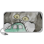 Kerry, un gatito gris, juegos con un coche verde altavoz