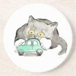 Kerry, un gatito gris, juegos con un coche verde posavasos personalizados