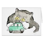 Kerry, un gatito gris, juegos con un coche verde felicitación