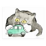 Kerry, un gatito gris, juegos con un coche verde tarjeta postal