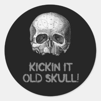 Kickin él cráneo viejo pegatina redonda