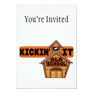Kickin él escuela vieja invitacion personalizada