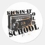 Kickin él escuela vieja pegatina redonda