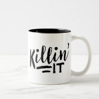 Killin él taza de café
