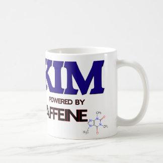 Kim accionó por el cafeína taza de café