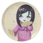 Kimono lindo del rosa del geisha con las fans de p plato de comida