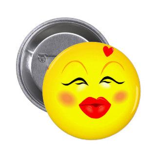 Kissy hace frente al Pin sonriente del chica