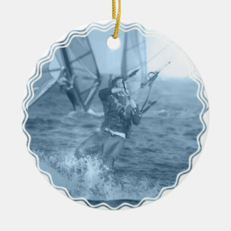 Kiteboarders con el ornamento de los Windsurfers Adorno Navideño Redondo De Cerámica