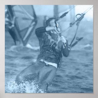 Kiteboarders con el poster de los Windsurfers