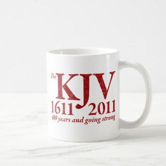KJV todavía que va fuerte en el rojo apenado Taza Básica Blanca