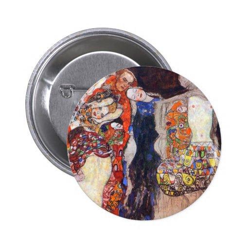 Klimt adorna a la novia con velo y la guirnalda pins