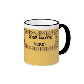 ¡knotwork céltico amarillo, su nombre aquí! taza de dos colores