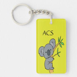 Koala adorable del monograma en un fondo amarillo llaveros