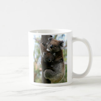 Koala de la mamá y del bebé taza básica blanca