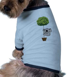 Koala linda en el árbol camisa de perrito