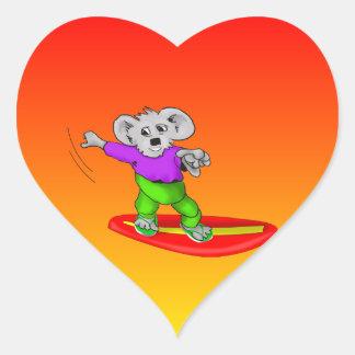 Koala púrpura que practica surf pegatina en forma de corazón