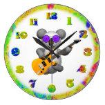 Koala que juega el reloj de la guitarra