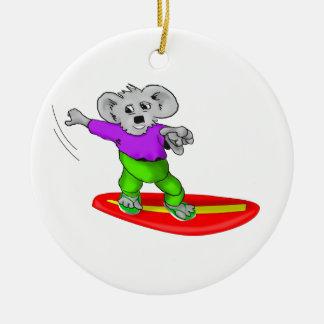 Koala que practica surf adorno navideño redondo de cerámica