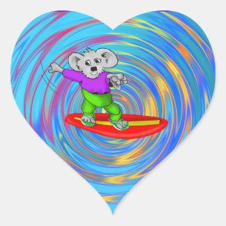 Koala que practica surf pegatina en forma de corazón
