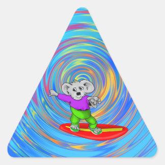 Koala que practica surf pegatina triangular