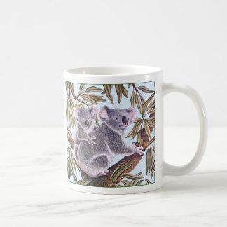 Koala y bebé en árbol de eucalipto taza