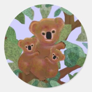 Koalas en el eucalipto pegatina redonda