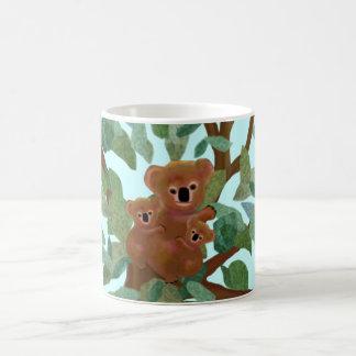 Koalas en el eucalipto tazas de café