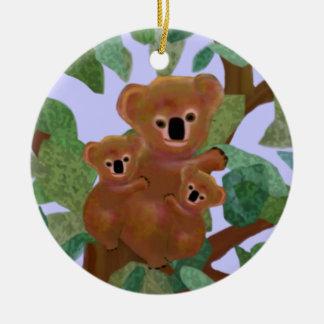 Koalas en los ornamentos del eucalipto adorno navideño redondo de cerámica