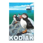 Kodiak, AlaskaPuffins y barco de cruceros de Alask Impresión En Lienzo