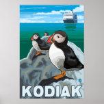 Kodiak, AlaskaPuffins y barco de cruceros de Alask Póster