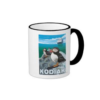 Kodiak, AlaskaPuffins y barco de cruceros de Alask Tazas De Café
