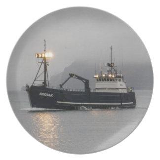 Kodiak, barco de pesca del cangrejo en puerto hola plato de comida