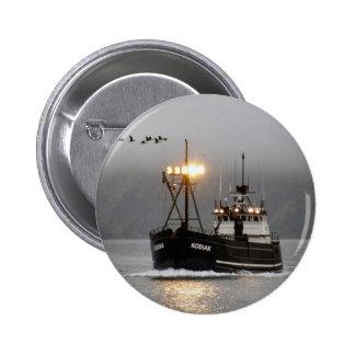 Kodiak, barco del cangrejo en el puerto holandés,  pin redondo de 2 pulgadas