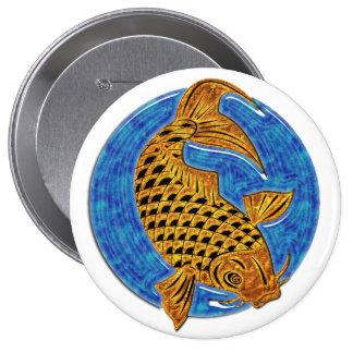 Koi de oro en la charca de cristal azul pin redondo 10 cm