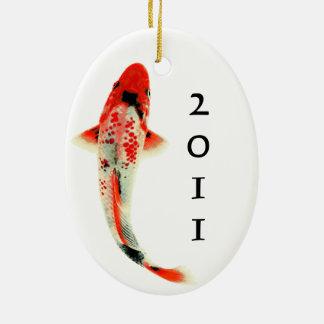 Koi rojo con año adorno navideño ovalado de cerámica