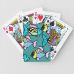 Koi tropical va los pescados festivos y los naipes barajas de cartas