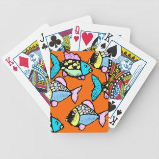 Koi tropical va los pescados festivos y los naipes baraja de cartas