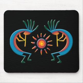 Kokopelli con Sun hacia el sudoeste Mousepad negro