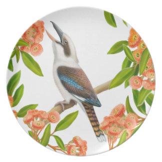 Kookaburra de risa en placa del árbol de goma plato de comida