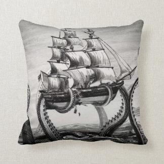 """Kraken que sostiene el pirata/el velero 20"""" almoha cojin"""