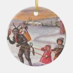 Krampus que roba los juguetes y a los niños ornamentos para reyes magos