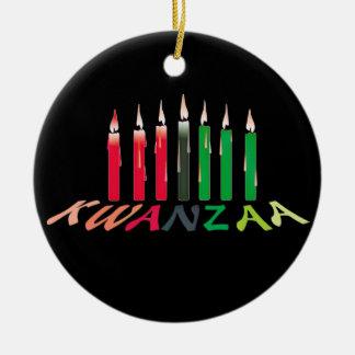 Kwanzaa mira al trasluz el ornamento adorno navideño redondo de cerámica