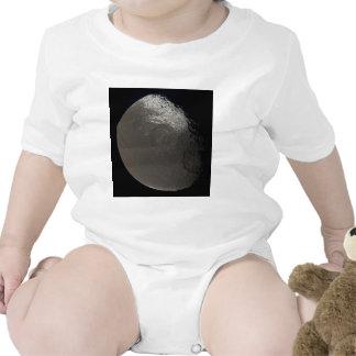 La 3ro luna más grande Iapetus de Saturn tomado Traje De Bebé